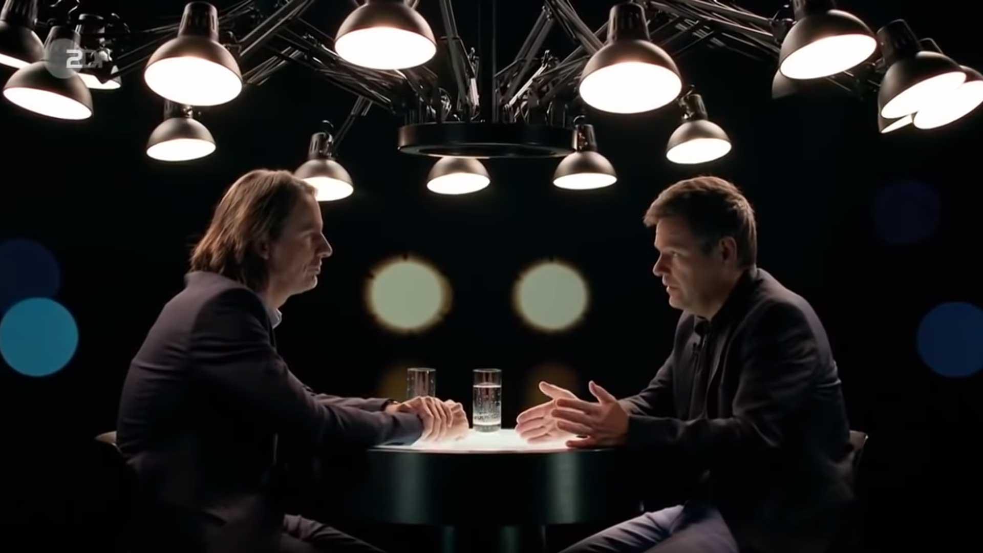Richard David Precht und Robert Habeck diskutieren unter der Dear Ingo Pendelleuchte