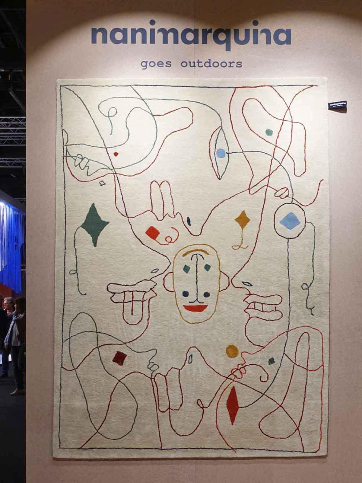 Künstlerisch bemalter Teppich von Nanimarquina am Messestand der IMM Cologne