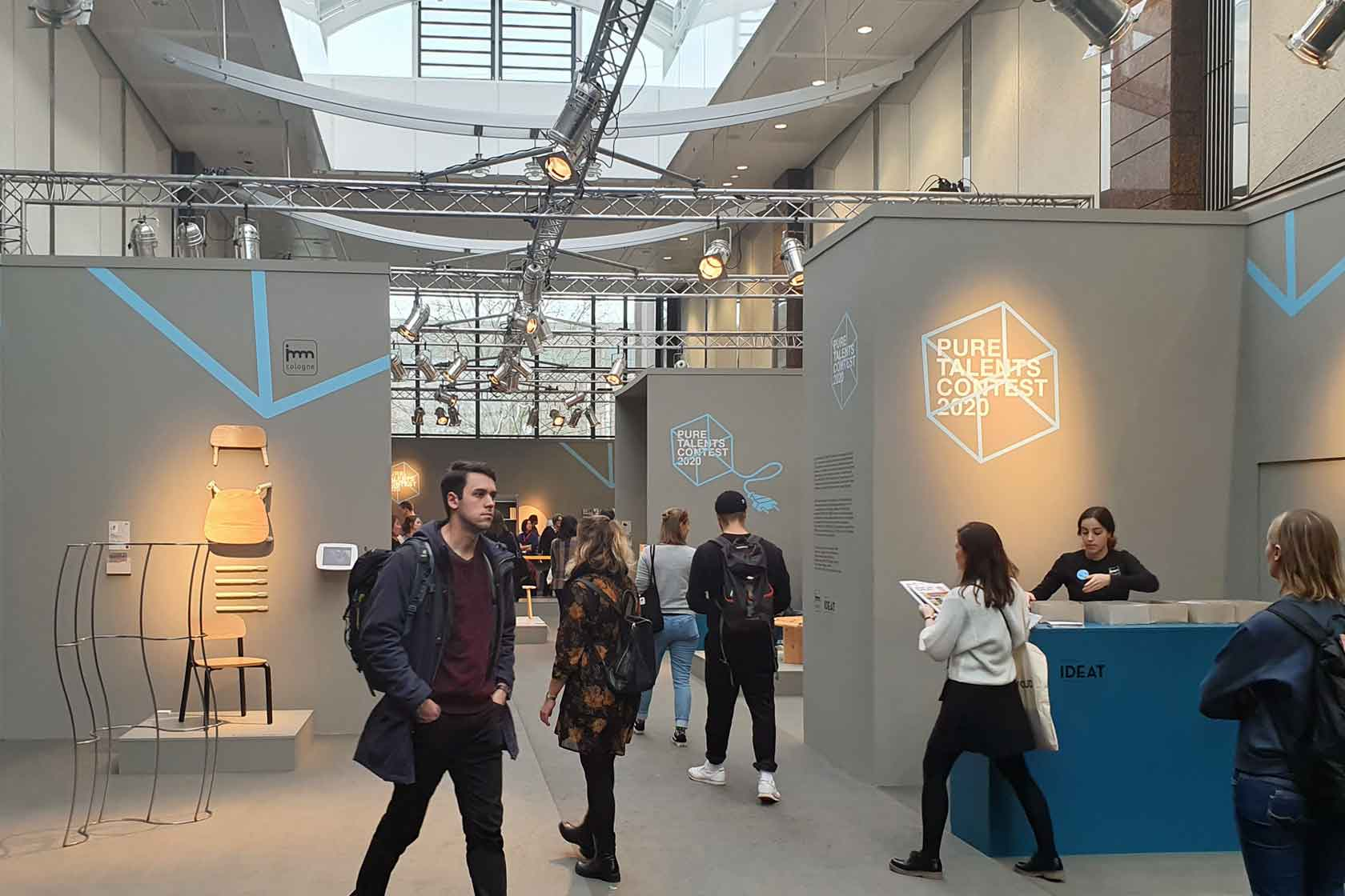Viele Menschen besuchen den Pure Talents Design Contest auf der IMM 2020