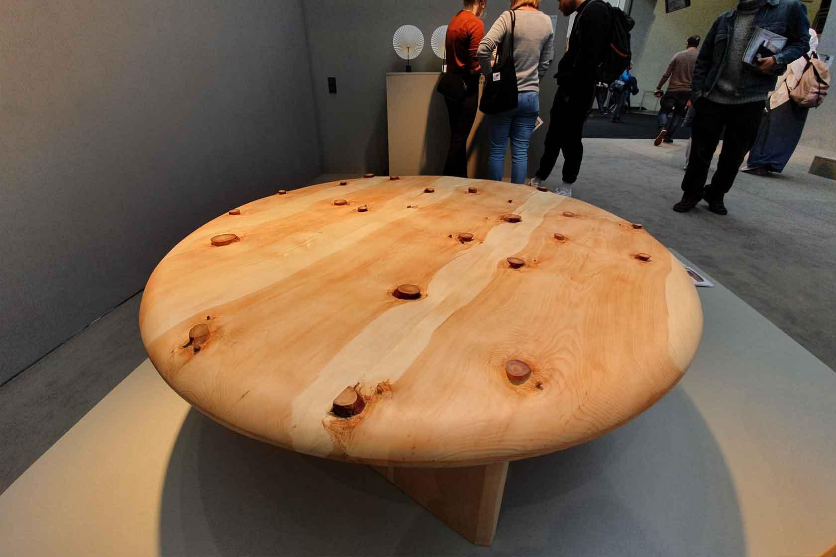 Ein niedriger, runder Tisch aus Zirbenholz auf dem Pure Talents Design Contest 2020