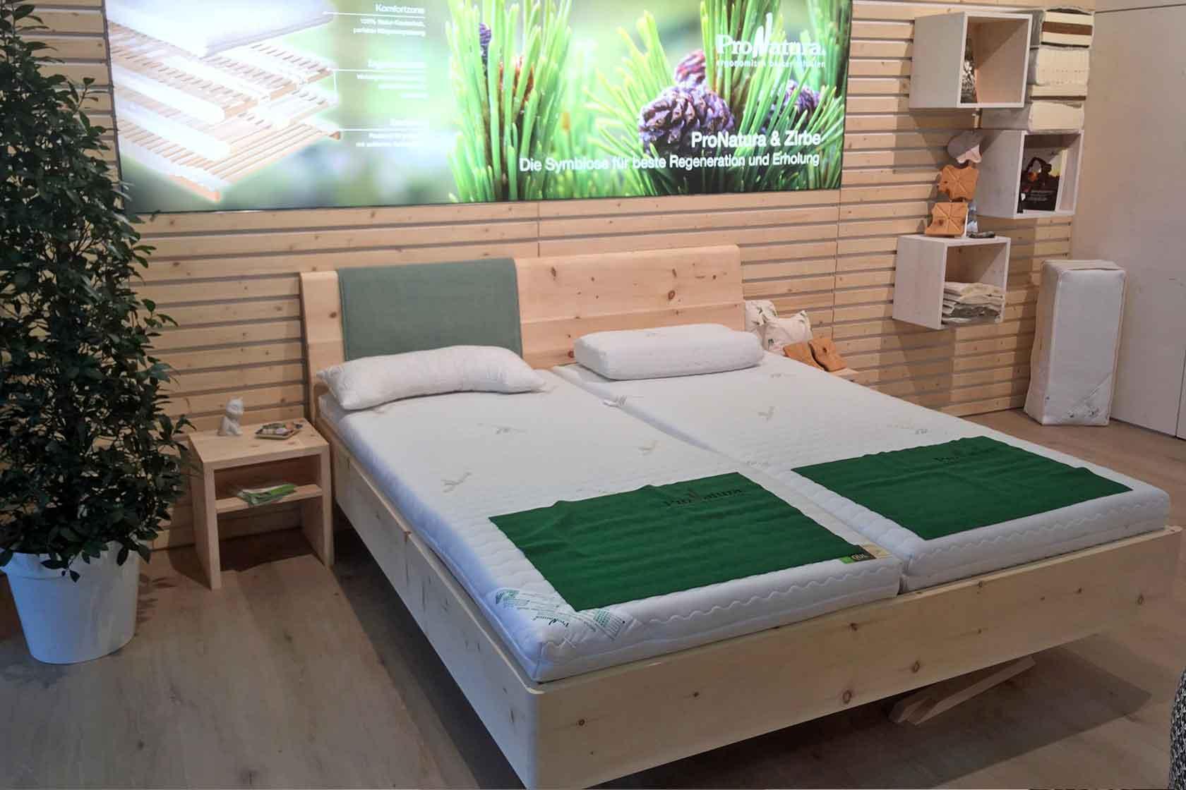 Zirbenholzbett mit ProNatura Schlafsystemen am Messestand auf der Möbelmesse 2020 in Köln