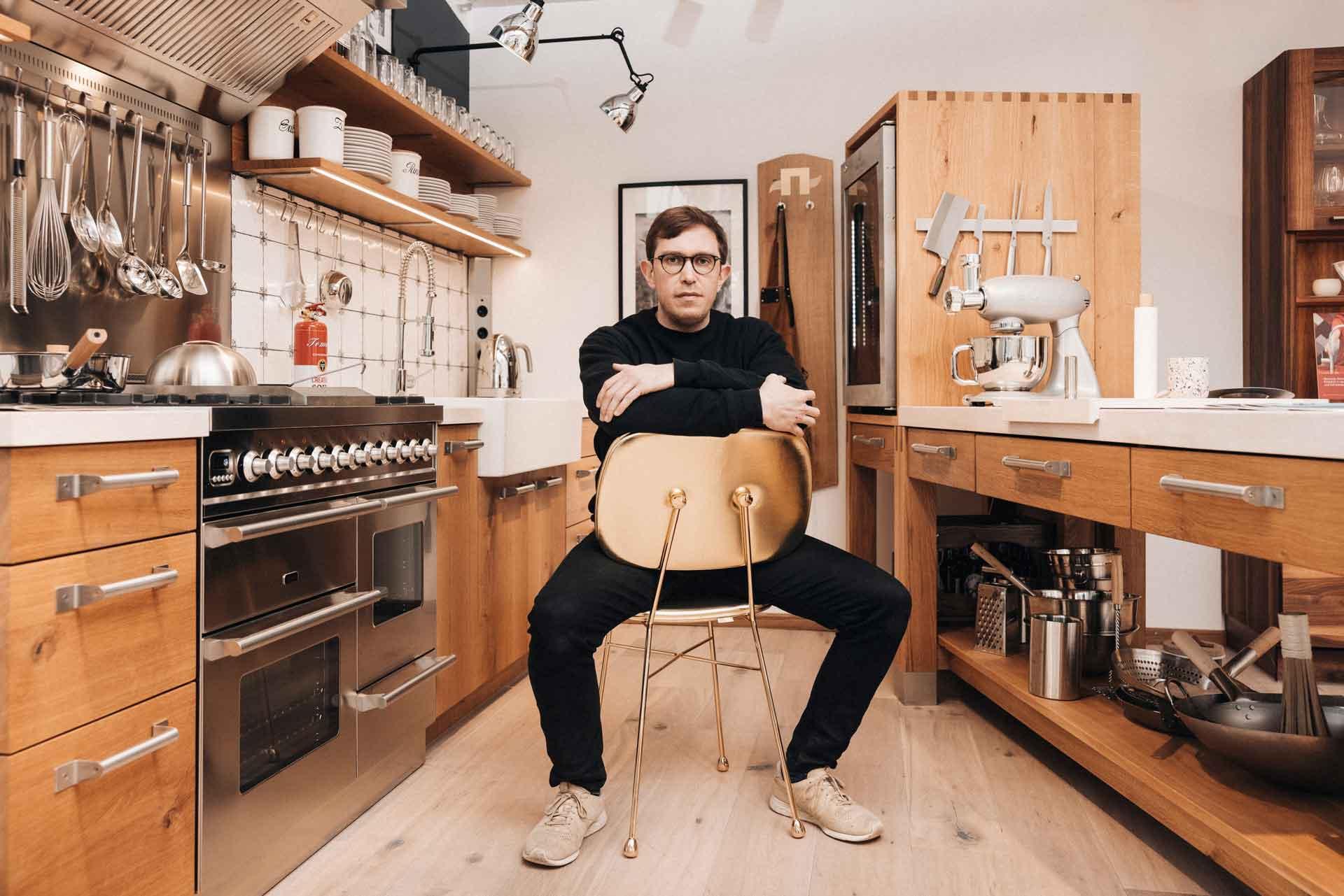 Felix Guentner im Lignum Showroom auf dem Golden Chair von Moooi.