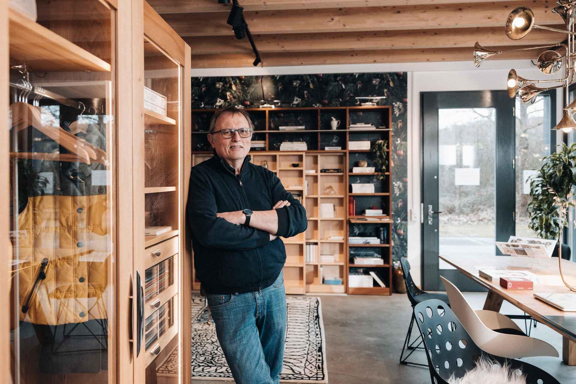 Lignum Geschäftsführer Joachim Güntner im Lignum Showroom in Winterhausen bei Würzburg.